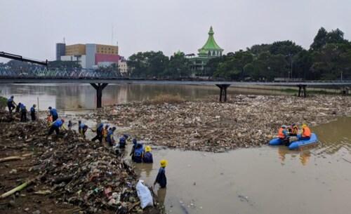 Usai Diguyur Hujan, Sampah Sungai Cisadane Menumpuk